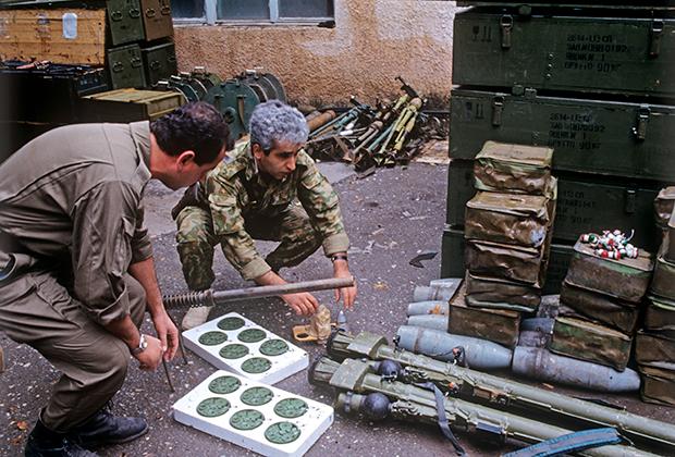 Нагорный Карабах. Город Мардахерт занят азербайджанскими войсками. Склад оружия, захваченный у армян. 1 июля 1992 года.