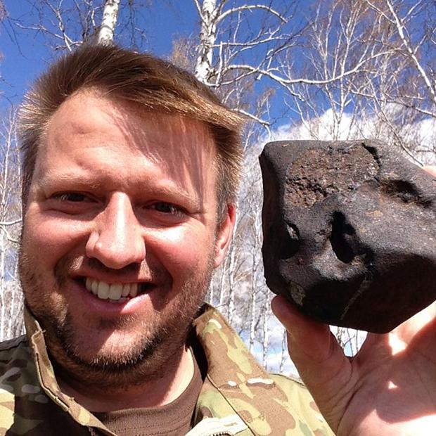 Майкл Фармер с обломком челябинского метеорита