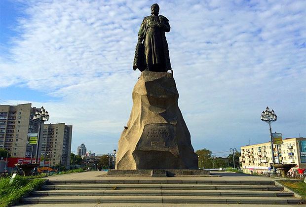 Памятник Хабарову на Привокзальной площади в Хабаровске
