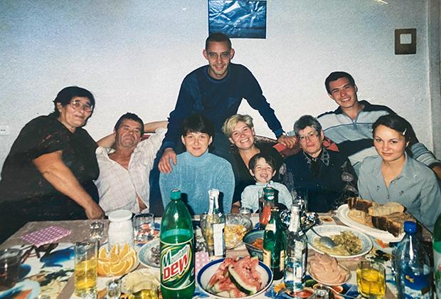Семья Махмутовых. Алишер — второй справа