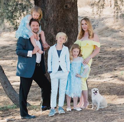 Дженна Карвунидис с мужем, детьми и собакой